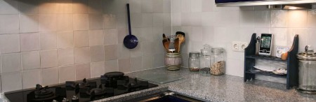 Kitchen backsplash with antique plain white tiles